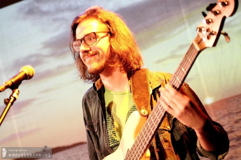 Bryan Zwiers op de basgitaar